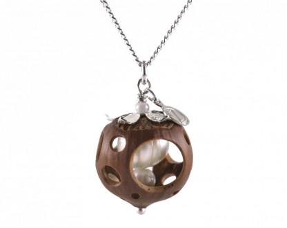 Lochmuster Haselnuss Halskette mit Suesswasserperlen in Silber 1 416x330 - Lochmuster Haselnuss-Halskette mit Süßwasserperlen in Silber
