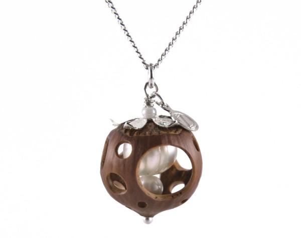 Lochmuster Haselnuss Halskette mit Suesswasserperlen in Silber 1 600x476 - Lochmuster Haselnuss-Halskette mit Süßwasserperlen in Silber