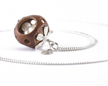 Lochmuster Haselnuss Halskette mit Suesswasserperlen in Silber 2 416x330 - Lochmuster Haselnuss-Halskette mit Süßwasserperlen in Silber
