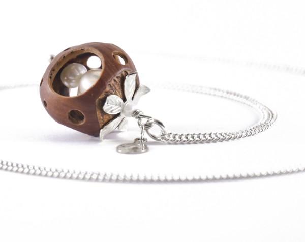 Lochmuster Haselnuss Halskette mit Suesswasserperlen in Silber 2 600x476 - Lochmuster Haselnuss-Halskette mit Süßwasserperlen in Silber