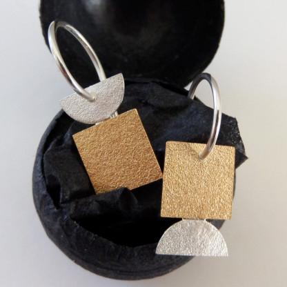 Ohrhänger von Goldschmiedin Andrea Bejöhr Goldenes Quadrat 416x416 - Ohrhänger mit goldenem Quadrat