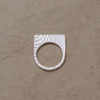 Ossa Sepia Ring halbrund scaled 324x324 - Doppelt kordierter Schnurring aus Silber