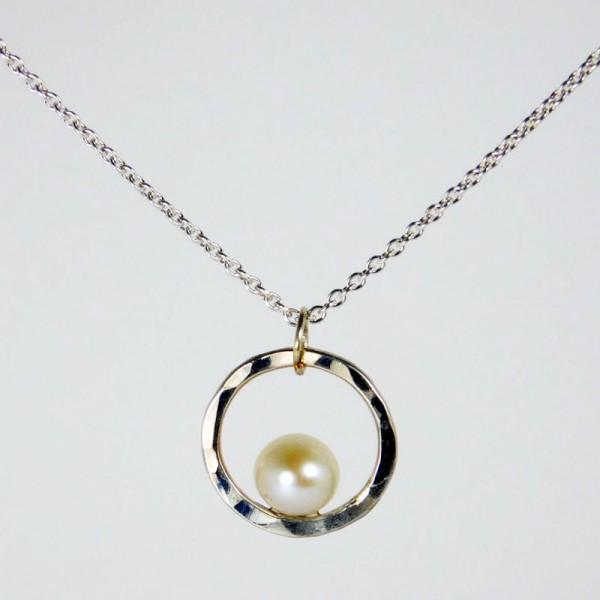 Perlenring Anhänger an Kette Silber 1 600x600 - Perlenring Anhänger an Kette Silber