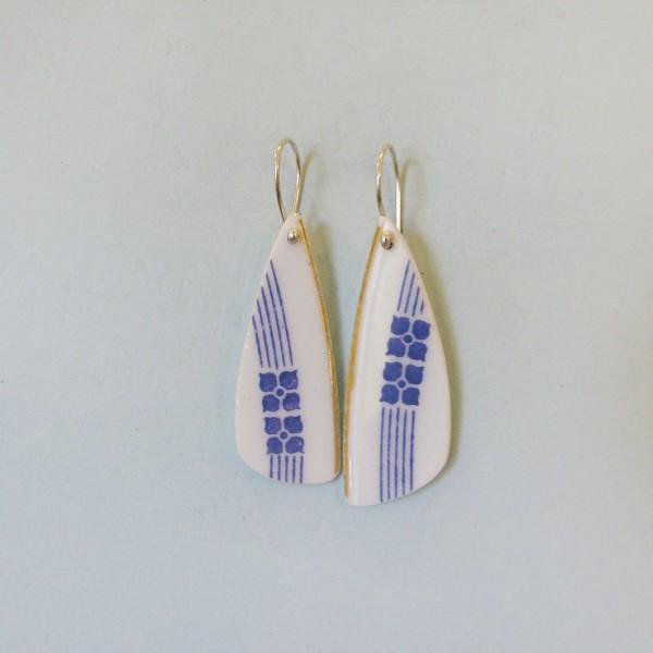 Porzellan Ohrhänger Blaue Blume in Streifen 600x600 - Porzellan-Ohrhänger Blaue Blume in Streifen