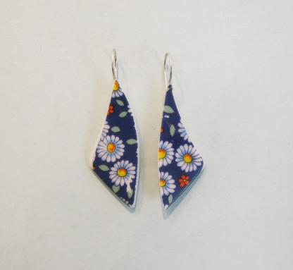 Porzellan Ohrhänger Margaritte auf blau 416x383 - Porzellan-Ohrhänger Margaritte auf Blau