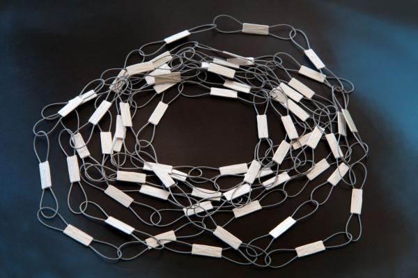 Schlaufenstreifen kaufen Schmuck von Goldschmiedin 600x399 - Federleichte Halskette mit Schlaufen-Streifen
