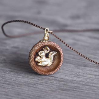 Schmuck kaufen Ebene Eichelhut Halskette Eichhörnchen Goldschatz Z180 4 von 4 324x324 - Naturnahe Eichelhut-Halskette mit Perlmutt