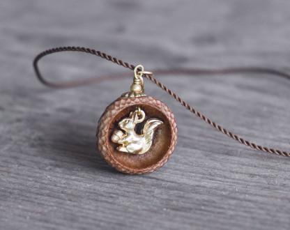Schmuck kaufen Ebene Eichelhut Halskette Eichhörnchen Goldschatz Z180 4 von 4 416x330 - Eichelhut-Halskette Eichhörnchen mit Goldschatz