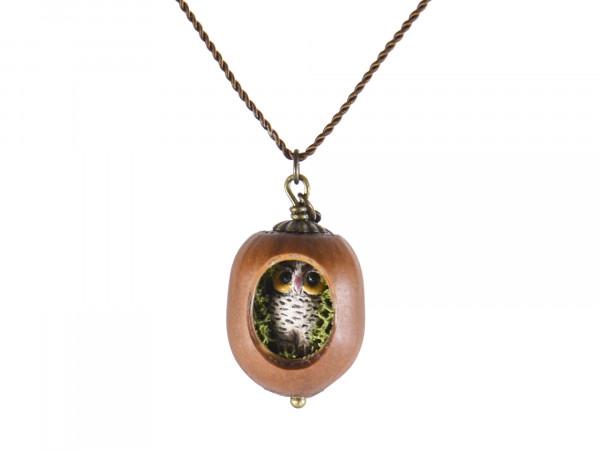 Schmuck kaufen Haselnuss Halskette mit filigraner Eule und Moos Z139 1 von 3 600x450 - Haselnuss-Halskette mit filigraner Eule und Moos