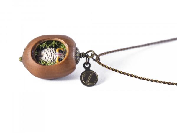 Schmuck kaufen Haselnuss Halskette mit filigraner Eule und Moos Z139 2 von 3 600x450 - Haselnuss-Halskette mit filigraner Eule und Moos