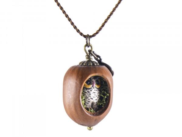 Schmuck kaufen Haselnuss Halskette mit filigraner Eule und Moos Z139 3 von 3 600x450 - Haselnuss-Halskette mit filigraner Eule und Moos