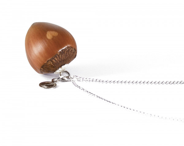 Schmuck kaufen Haselnuss Herz Halskette mit kleiner Herzgravur Silber Z187 2 600x476 - Haselnuss-Halskette mit Herzgravur