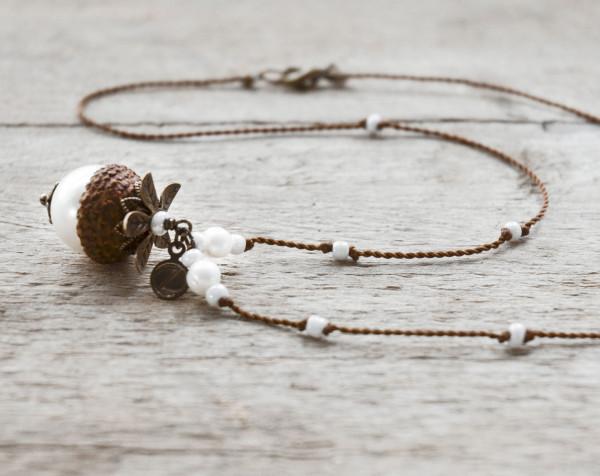 Schmuck kaufen Naturnahe Hochzeit Eichelhut Halskette Perlmutt Collier Bronze Z108 2 von 4 600x476 - Naturnahe Eichelhut-Halskette mit Perlmutt