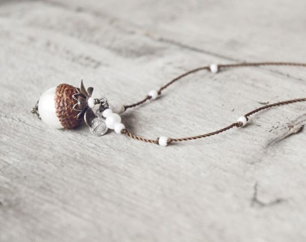 Schmuck kaufen Naturnahe Hochzeit Eichelhut Halskette Perlmutt Collier Bronze Z108 3 von 4 600x476 - Naturnahe Eichelhut-Halskette mit Perlmutt