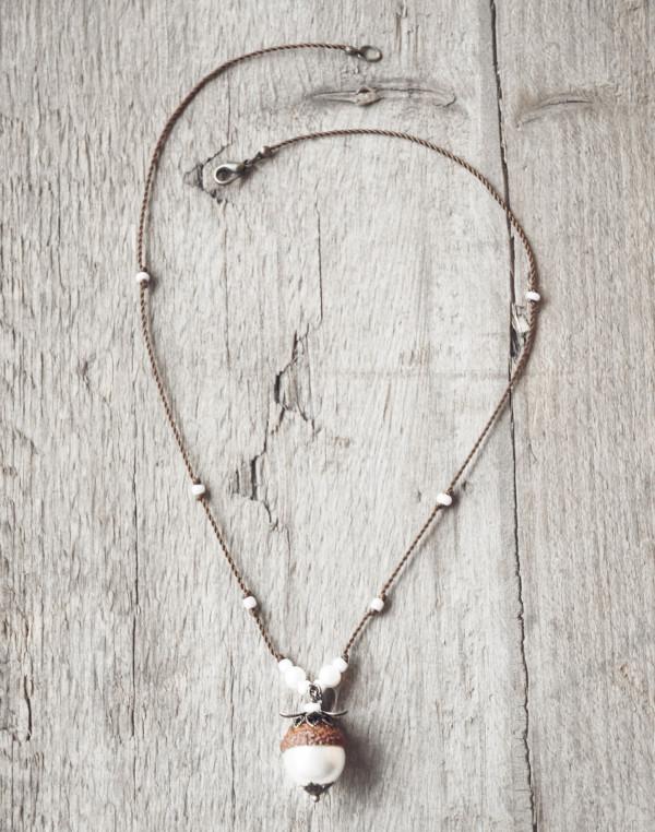 Schmuck kaufen Naturnahe Hochzeit Eichelhut Halskette Perlmutt Collier Bronze Z108 4 von 4 2 600x762 - Naturnahe Eichelhut-Halskette mit Perlmutt