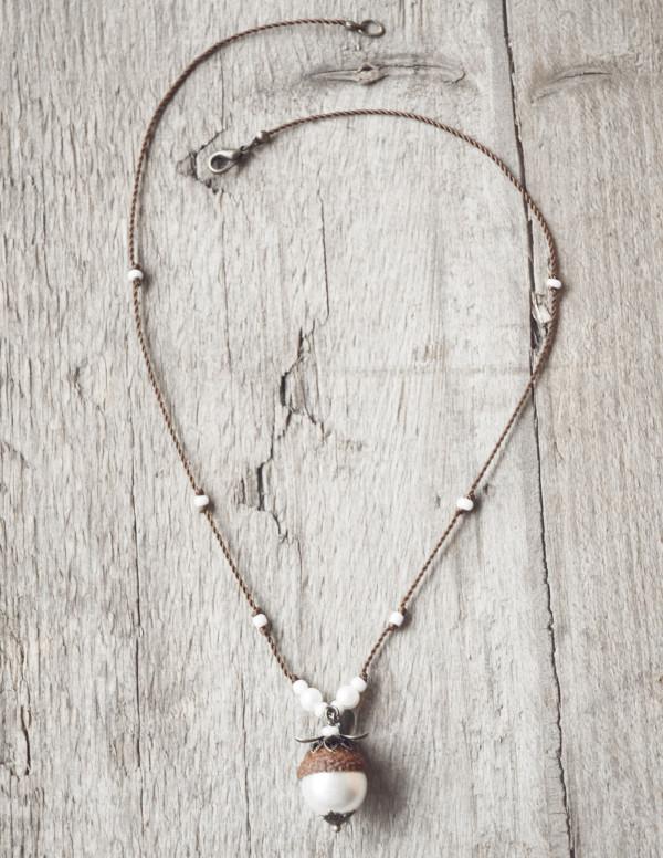 Schmuck kaufen Naturnahe Hochzeit Eichelhut Halskette Perlmutt Collier Bronze Z108 4 von 4 600x776 - Naturnahe Eichelhut-Halskette mit Perlmutt