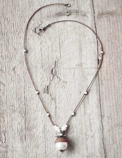 Schmuck kaufen Naturnahe Hochzeit Eichelhut Halskette Perlmutt Collier Bronze Z108 4 von 4 scaled 416x538 - Naturnahe Eichelhut-Halskette mit Perlmutt
