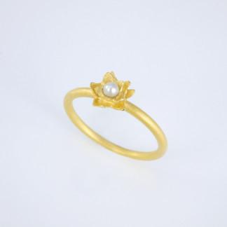 """Seerosenring aus Gold mit Süßwasserperle scaled 324x324 - Silberring """"Ophalia"""" mit zwei Opalen"""