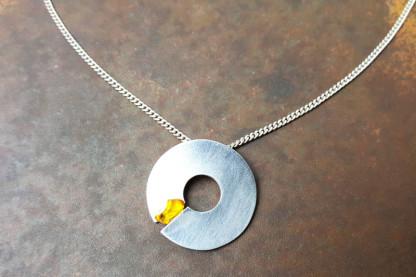 """Silberhalskette mit Donut und Bernstein 416x277 - Halskette """"Silver Donut"""""""