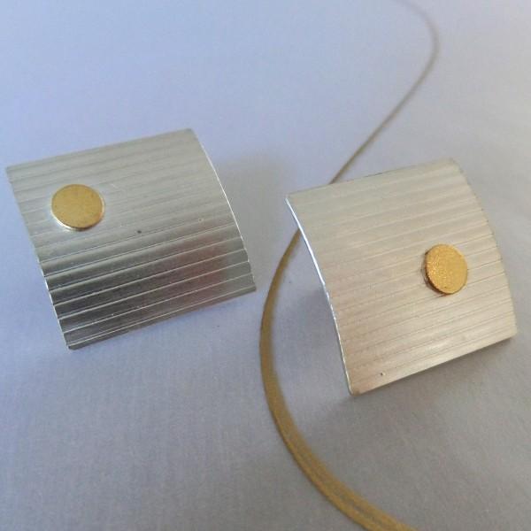 """Silberohrstecker mit Linien und Goldpunkt 600x600 - Silberohrstecker """"Linien"""" mit Goldpunkt"""