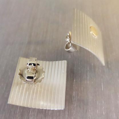 """Silberohrstecker mit Linien und Goldpunkt kaufen 416x416 - Silberohrstecker """"Linien"""" mit Goldpunkt"""