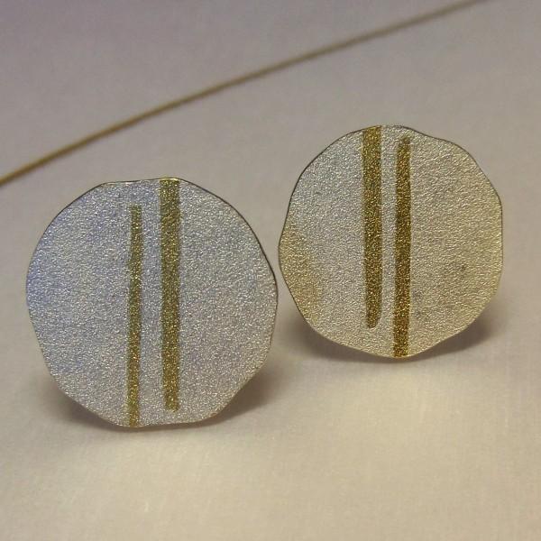 Silberohrstecker mit zwei goldenen Streifen 600x600 - Silberohrstecker mit zwei goldenen Streifen