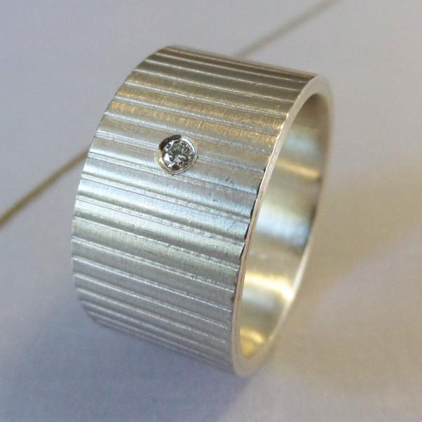 """Silberring mit Linien 600x600 - Silberring """"Linien"""" mit Brillant"""