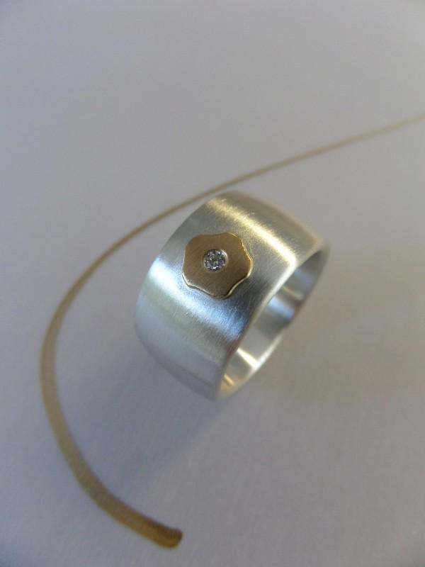 """Silberring mit goldenem Blümchen und Brillant kaufen 600x800 - Silberring """"Goldenes Blümchen"""""""