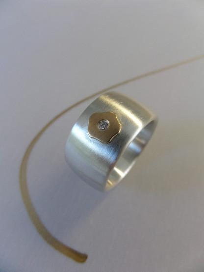 """Silberring mit goldenem Blümchen und Brillant kaufen scaled 416x554 - Silberring """"Goldenes Blümchen"""""""