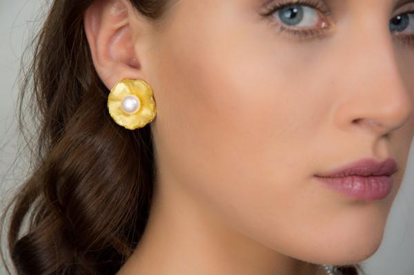 """Vergolderte Silber Ohrclips mit großer Perle Sakura 600x399 - Ohrclips """"Sakura"""" aus vergoldetem Silber mit großer Zuchtperle"""