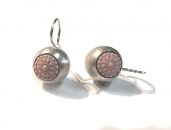 "einzigartige design ohrhänger dots aus silber in rosa 600x458 - Silber-Ohrhänger ""dots"" (Farbauswahl)"