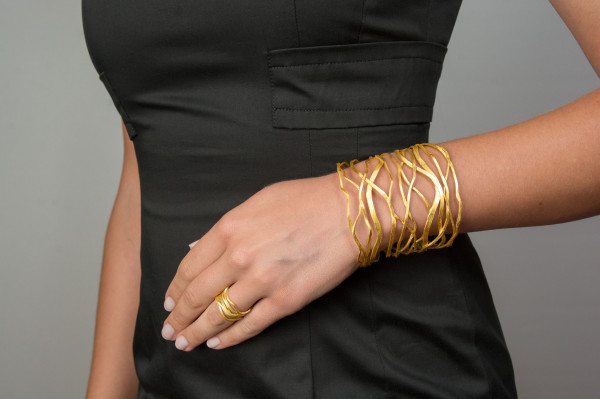 "extra breiter Armreif Silber vergoldet Onda 600x399 - Armreif ""Onda"" aus vergoldetem Silber"
