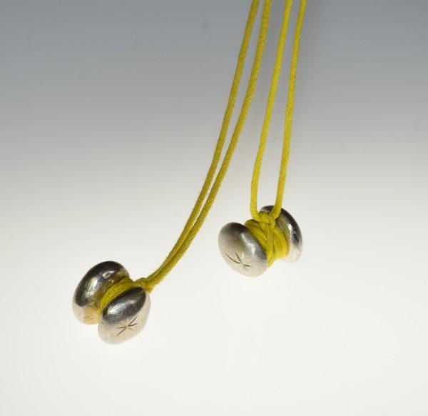 halskette Rollin mit gelbem Baumwollband 600x583 - Halskette rollin