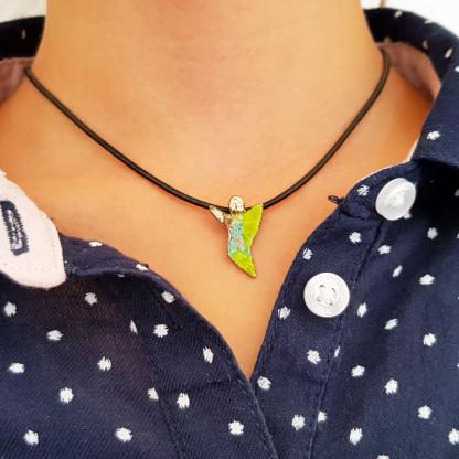 halskette für kinder mit schutzengel grün weiss blau 416x416 - Halskette mit Schutzengel in Grün-Weiß-Blau
