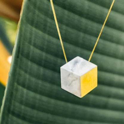 "kette lang ambivalenz marmor gold 5 416x416 - Kette lang ""Ambivalenz"" Marmor-Gold"