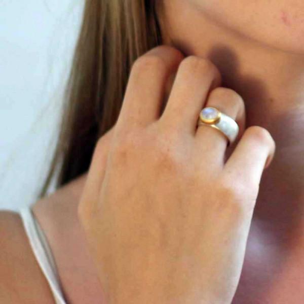 kreativer schmuck ring goldschmied r kawin mondstein oval 1 600x599 - Ring R kawin Mondstein oval