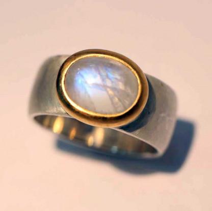 kreativer schmuck ring goldschmied r kawin mondstein oval 2 416x415 - Ring R kawin Mondstein oval