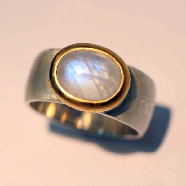 kreativer schmuck ring goldschmied r kawin mondstein oval 2 600x599 - Ring R kawin Mondstein oval
