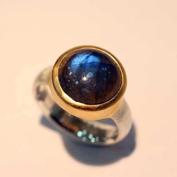 kreativer schmuck ring goldschmied r klara labradorit rund 600x599 - Ring R Klara Labradorit rund