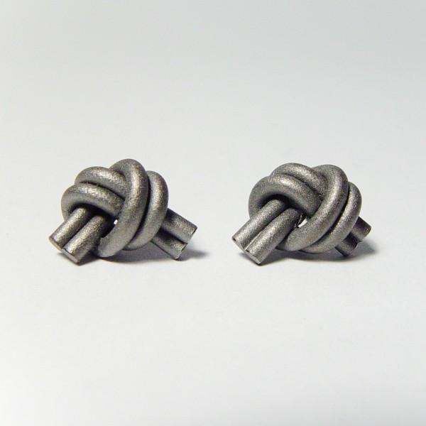ohrstecker knoten doppelrund dunkel rhodiniert 1 600x600 - OHRKNOTEN doppelrund