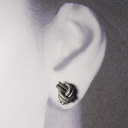 ohrstecker knoten doppelrund dunkel rhodiniert 2 416x416 - OHRKNOTEN doppelrund