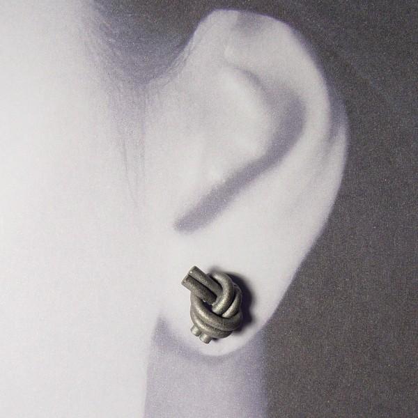 ohrstecker knoten doppelrund dunkel rhodiniert 2 600x600 - OHRKNOTEN doppelrund