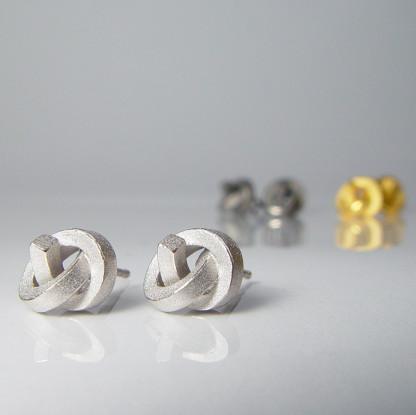 ohrstecker knoten kantig klein silber rhodiniert 1 416x415 - OHRKNOTEN kantig klein