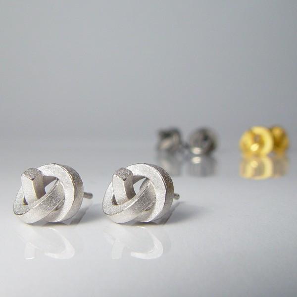 ohrstecker knoten kantig klein silber rhodiniert 1 600x600 - OHRKNOTEN kantig klein