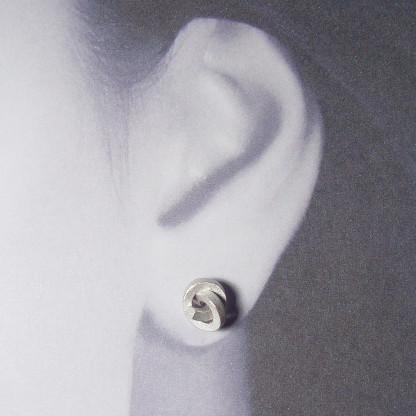ohrstecker knoten kantig klein silber rhodiniert 2 416x416 - OHRKNOTEN kantig klein