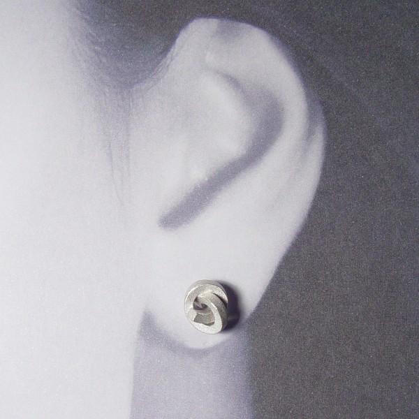 ohrstecker knoten kantig klein silber rhodiniert 2 600x600 - OHRKNOTEN kantig klein