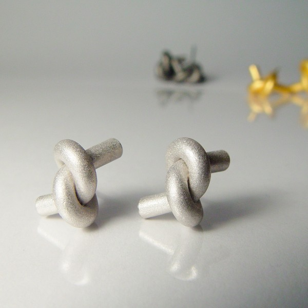 ohrstecker knoten rund gross silber rhodiniert 1 600x600 - OHRKNOTEN rund groß