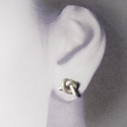 ohrstecker knoten rund klein silber rhodiniert 2 416x416 - OHRKNOTEN rund klein