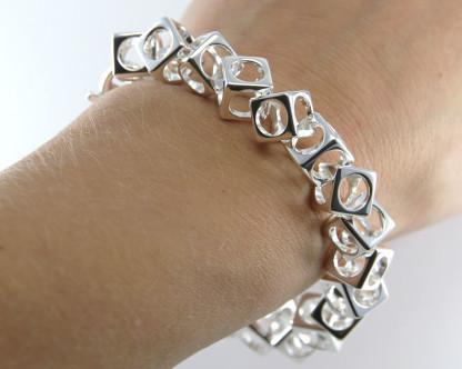 schmuck kaufen Armband Würfel 1001 139 am Arm 416x332 - Design-Armband Würfel
