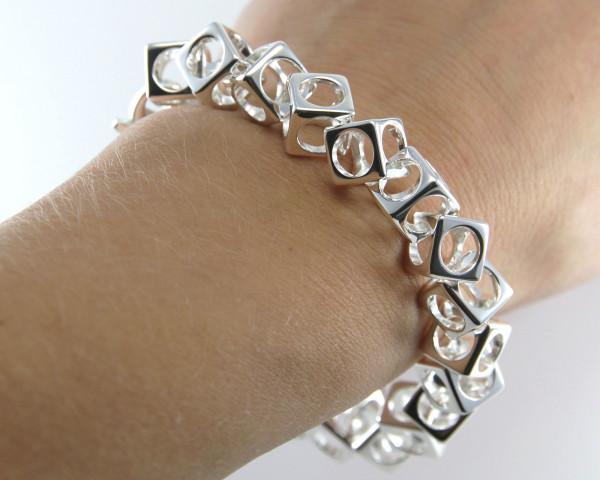 schmuck kaufen Armband Würfel 1001 139 am Arm 600x480 - Design-Armband Würfel
